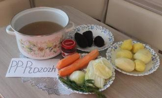 Шаг 1: Подготовьте ингредиенты: говяжий бульон, капусту белокочанную, репчатый лук, морковь, укроп, картофель, свёклу, томатную пасту, зелень для подачи.