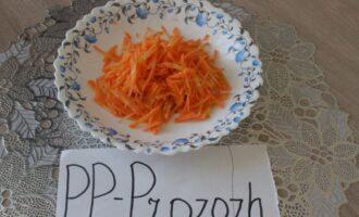 Шаг 3: Морковь нашинкуйте соломкой.