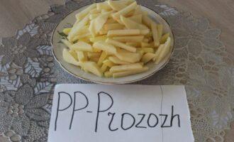Шаг 7: Картофель нарежьте брусочками.