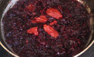 Шаг 11: Свёклу выложите на сковороду, добавьте томатную пасту и тушите 25 минут.