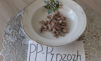 Шаг 13: Мясо нарежьте, опустите в глубокую столовую тарелку.