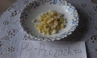 Шаг 2: Нарежьте картофель кубиком.