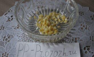 Шаг 6: Нарезанный картофель поместите в салатник.