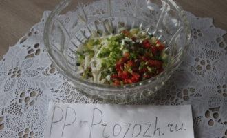 Шаг 9: Добавьте помидоры, зелёный лук и отварное яйцо.