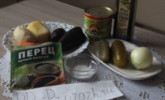 Шаг 1: Подготовьте ингредиенты для приготовления винегрета: картофель отварной, морковь отварная, свёкла отварная, солёные огурцы, репчатый лук, горошек консервированный, оливковое масло, соль, перец чёрный молотый.