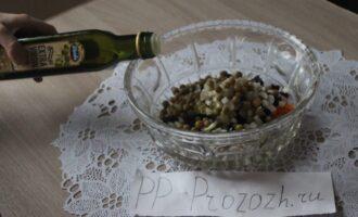 Шаг 10: Добавьте репчатый лук, соль, перец, оливковое масло и аккуратно перемешайте.
