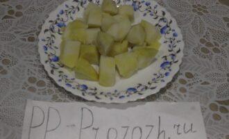 Шаг 4: Нарежьте отварной картофель.