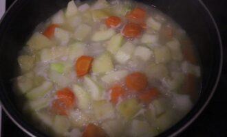 Шаг 6: На разогретую сковороду с оливковым маслом выложите овощи, обжарьте 5 минут, залейте куриным бульоном и готовьте 10 минут.