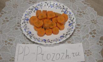 Шаг 2: Морковь сырую нарежьте произвольно и отвариварите на пару.
