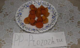 Шаг 4: Выложите на тарелку отваренную на пару морковь.