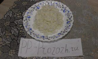Шаг 5: Слейте воду и выложите на тарелку отварной рис.