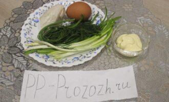 Шаг 1: Для приготовления салата подготовьте ингредиенты: куриное филе отварное, яйцо куриное отварное, зелёный лук, укроп, домашний майонез.