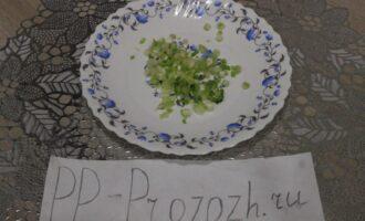 Шаг 3: Зелёный лук мелко нашинкуйте.