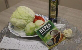 Шаг 1: Для приготовления салата подготовьте ингредиенты: капусту, лук, перец болгарский, редьку, измельчённый чеснок, масло оливковое, соль, перец чёрный молотый.
