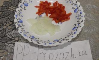 Шаг 3: Репчатый лук и перец нарежьте соломкой.