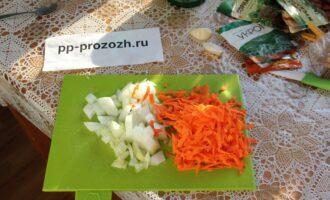 Шаг 3: Порежьте лук, натрите морковь на крупной терке.