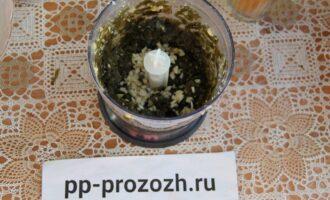 Шаг 7: Измельчите в блендере морскую капусту. Добавьте чеснок и соль.