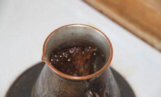 Шаг 7: Через 5-7 минут напиток поднимется и будет готов. Дайте ему настояться 2 минуты и разливайте через сито.
