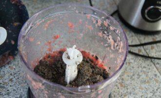 Шаг 7: Добавьте в блендер измельченные семена и специи, взбивайте около 2х минут.