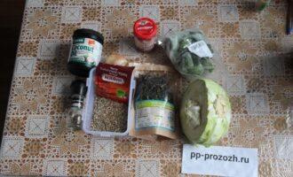Шаг 1: Подготовьте ингредиенты: капусту, соль, перец, томатную пасту, лук, масло для жарки.