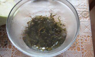 Шаг 4: Залейте сушеную морскую капусту стаканом кипятка и оставьте на 10 минут.