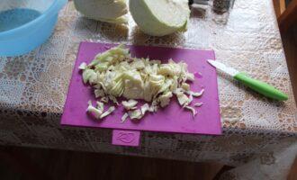 Шаг 5: Нарежьте белокочанную капусту.