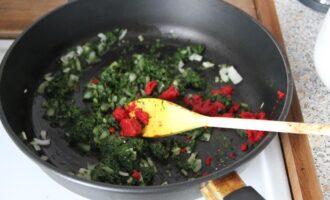 Шаг 6: Добавьте томатную пасту к шпинату и луку.