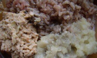 Шаг 3: Перекрутите в мясорубке филе, лук и размоченный в молоке хлеб.