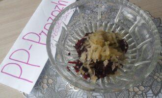 Шаг 6: Добавьте нарезанные солёные огурцы.