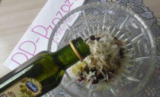 Шаг 8: Заправьте салат оливковым маслом и посолите.