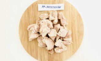 Шаг 2: Нарежьте отварное куриное филе.