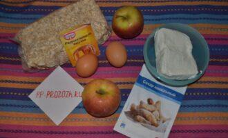 Шаг 1: Подготовьте ингредиенты для шарлотки: овсяную муку (или молотые овсяные хлопья), яблоки, яйца, творог. Рекомендую взять сладкие сорта яблок и творог с жирностью 2-5 %.