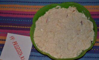 Шаг 7: Добавьте яблоки в творожно-овсяную массу и выложите в силиконовую форму.