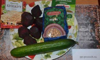 Шаг 1: Подготовьте ингредиенты: свеклу, огурец, нут, специи и кунжут.