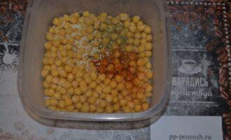 Шаг 4: Слейте лишнюю жидкость с нута, добавьте соль, перец, специи.