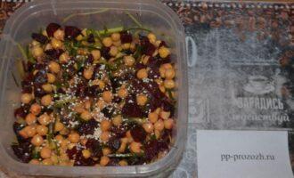 Шаг 7: Перемешайте салат, заправьте нерафинированным маслом, которое вы любите: кукурузное, льняное, оливковое, кунжутное, растительное.