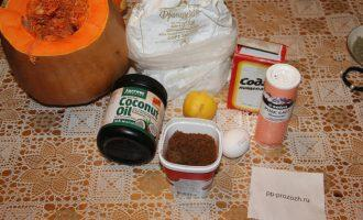Шаг 1: Подготовьте ингредиенты: яйцо, сахар, соду, муку, пшеничные отруби, помойте тыкву.