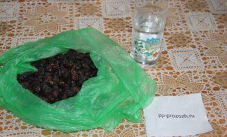 Шаг 1: Подготовьте ингредиенты: воду, шиповник, специи, мёд.