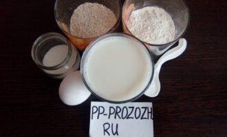 Шаг 1: Приготовьте ингредиенты по списку. Молоко должно быть теплым, поэтому разогрейте его примерно до 30 градусов. Овсяные хлопья измельчите.