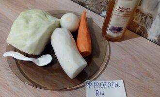 Шаг 1: Подготовьте ингредиенты для салата. Очистите морковь, дайкон и лук.
