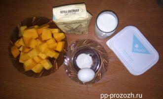 Шаг 1: Для чизкейка из тыквы нам понадобятся следующие ингредиенты: очищенная тыква, овсяная мука, яйцо, молоко, сливочный сыр, желатин или агар агар.
