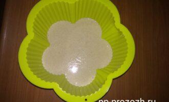 Шаг 4: Влейте тесто в форму и отправьте запекаться в предварительно разогретую до 180 градусов духовку. Запекайте до готовности, у меня ушло 12 минут.