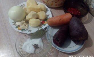 Шаг 1: Подготовьте ингредиенты для свекольника: бульон, свекольник, морковь, картофель, лук, чеснок, томатную пасту, соль и специи.