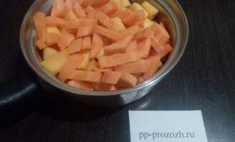 Шаг 3: Нарезанную кусочками морковь и тыкву сложите в сотейник и поставьте на плиту. Помешивая, потомите три-пять минут, чтобы овощи прогрелись.