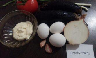 Шаг 1: Подготовьте продукты для салата: баклажаны, лук, вареные яйца, помидор, соль, майонез, сметану и чеснок.