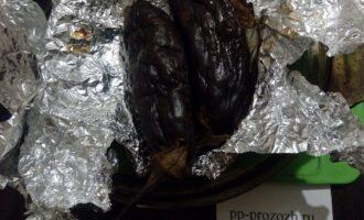 Шаг 4: Когда баклажаны будут готовы, дайте им остыть пять минут, затем накройте дощечкой и поместите под гнет на 10-15 минут.
