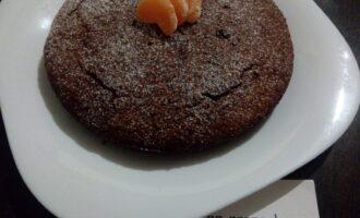 Шаг 8: Готовый пирог посыпьте сахарной пудрой, кокосовой стружкой или порошком какао и дайте остыть на решетке.