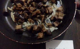 Шаг 5: Порежьте баклажаны, посолите, добавьте их к луку и потомите на сковороде 3-5 минут, помешивайте.