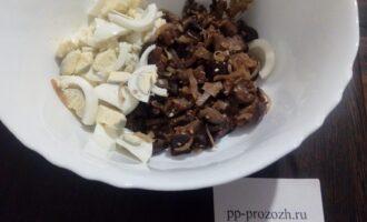 Шаг 7: Смешайте в салатнике крупно порезанные яйца и баклажаны с луком.