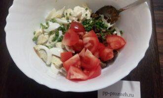 Шаг 8: Добавьте помидоры (у меня был крупный, но если у вас маленькие возьмите два или три), измельченный зеленый лук и майонез со сметаной. Всё аккуратно перемешайте, чтобы яйца и помидоры сохранили форму.